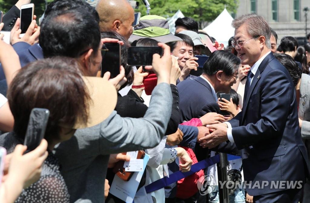 文在寅与市民亲切握手