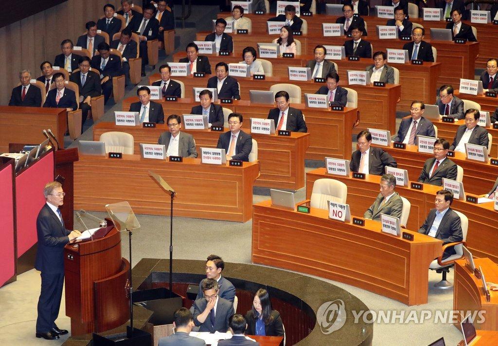 6月12日下午,在韩国国会,总统文在寅(左)发表施政演说。(韩联社)