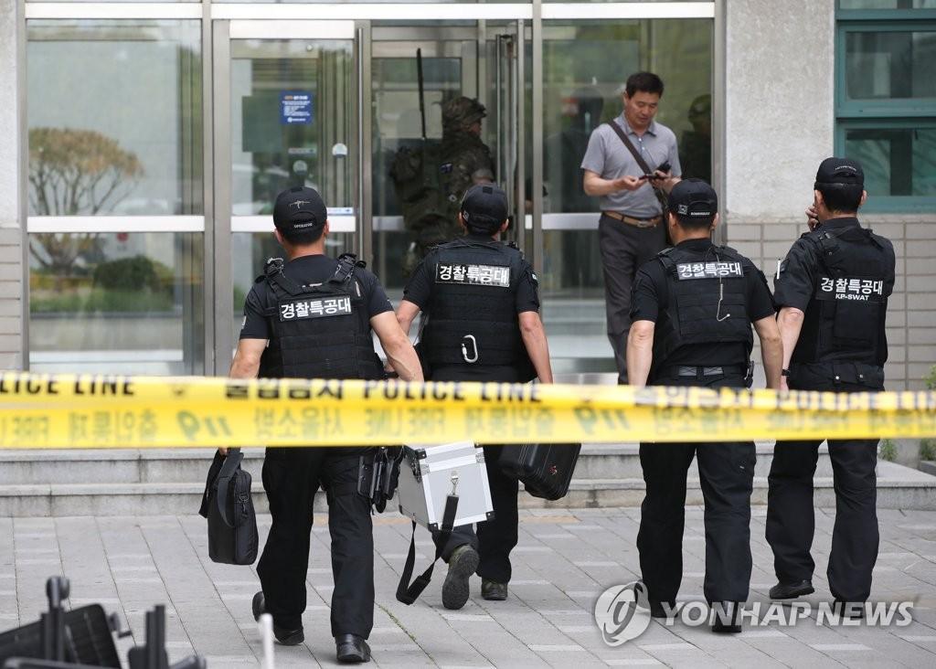 警察特攻队抵达爆炸现场