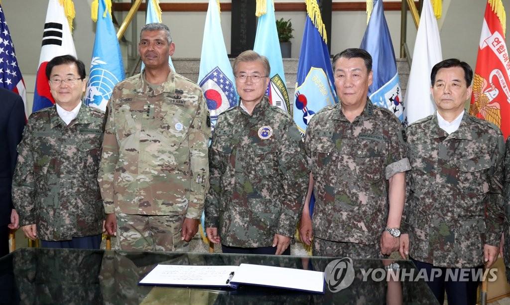 文在寅视察韩美联军司令部