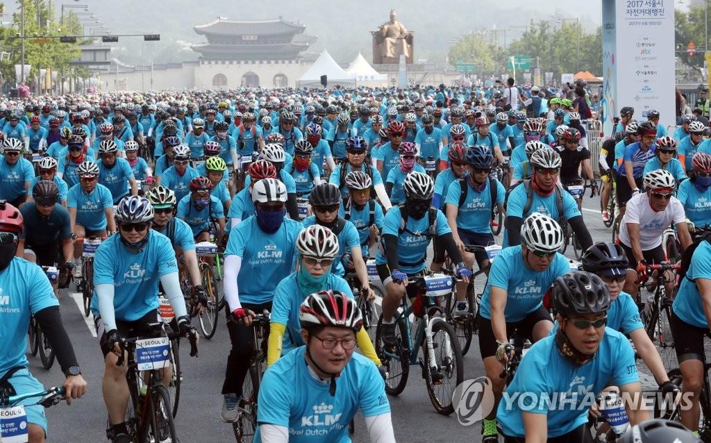大批首尔市民骑行游街