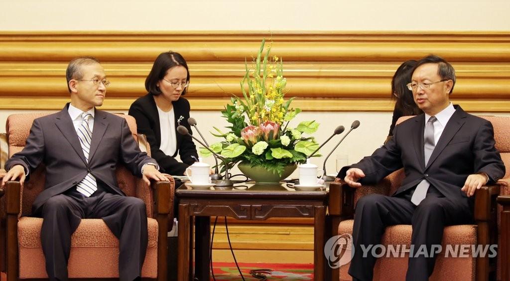 6月20日上午,在北京中南海,林圣男(左)和杨洁篪举行会晤。(韩联社)