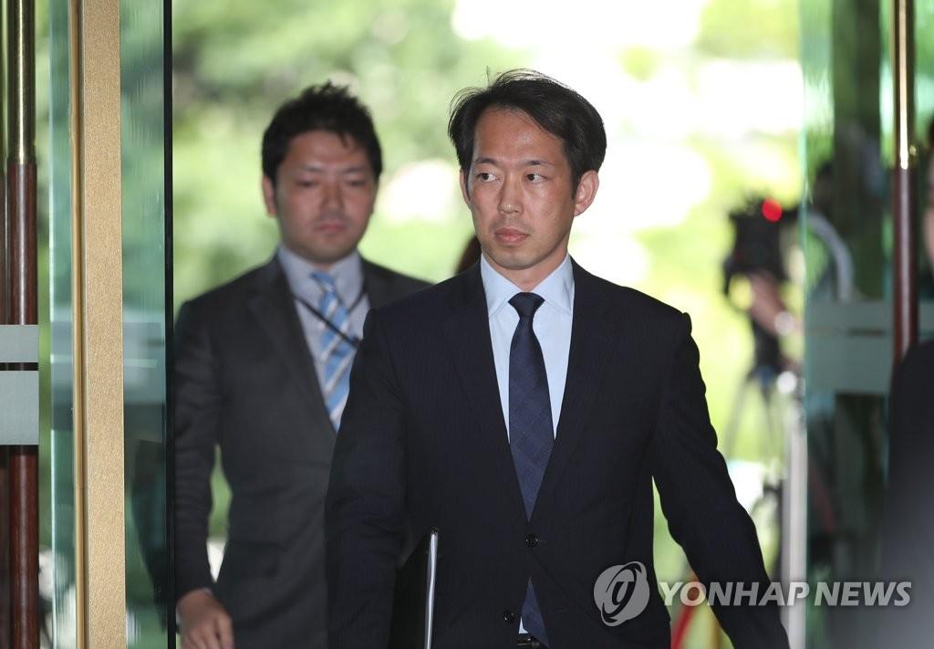 6月21日,日本驻韩国大使馆公使北川克朗走进首尔韩国外交部大楼。(韩联社)