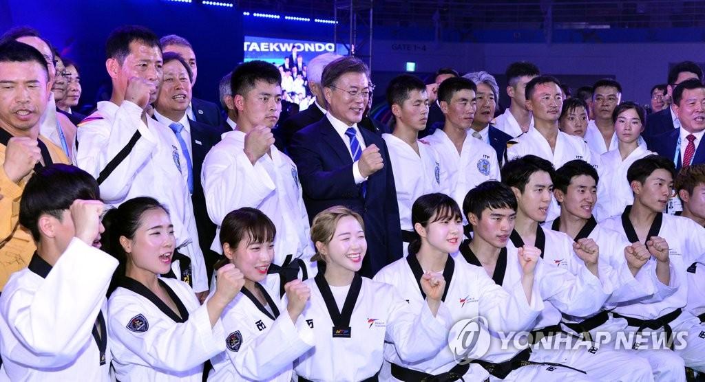 文在寅与韩朝跆拳道示范团合影