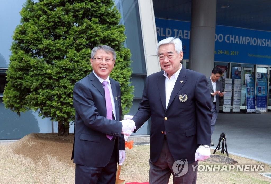 世界跆联和国际跆联主席亲切握手