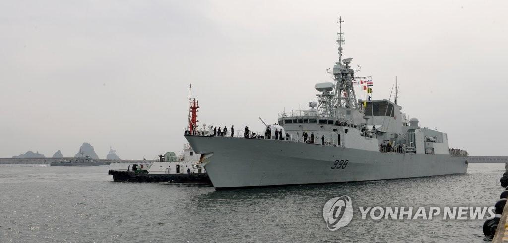 """6月26日上午,""""温尼伯""""号正在驶入釜山港。(韩联社/韩国海军提供)"""