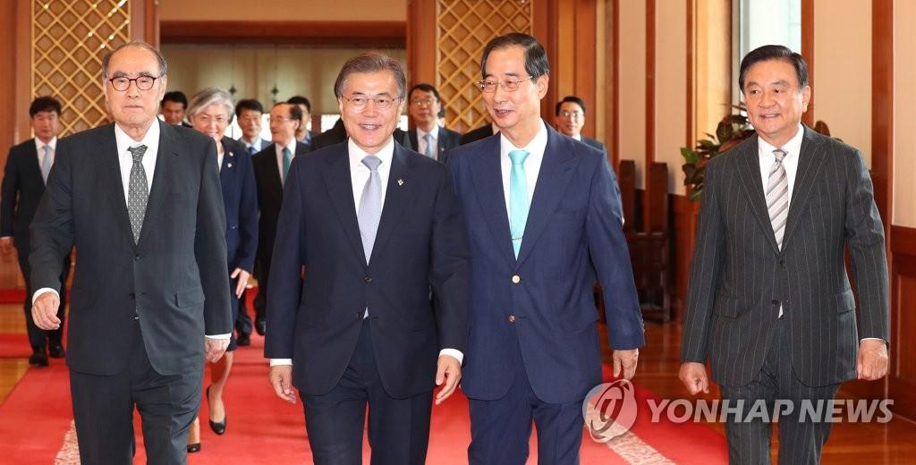 6月26日,韩国总统文在寅(左二)在青瓦台会见前韩国驻美大使。(韩联社)