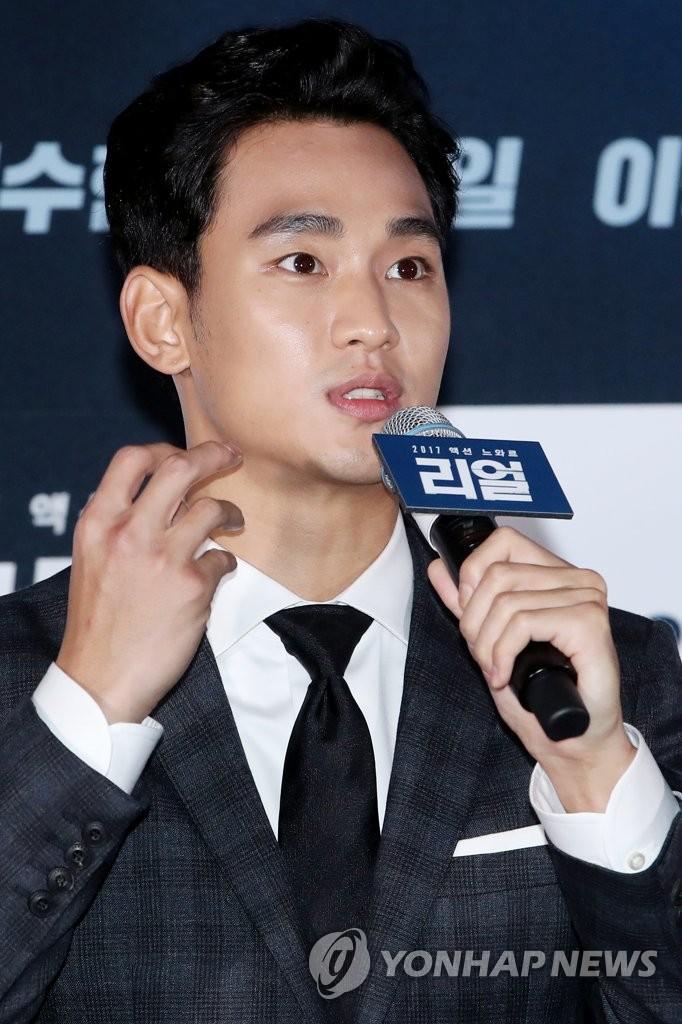 资料图片:6月26日下午,在首尔CGV星聚汇影城往十里店,金秀贤在电影《REAL》媒体试映会上回答记者提问。(韩联社)