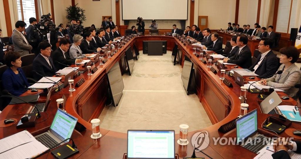 6月27日,在韩国总统府青瓦台,文在寅主持召开国务会议。(韩联社)