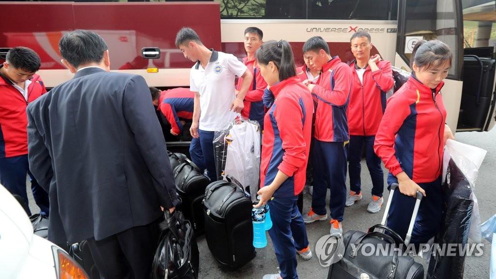 朝跆拳道示范团抵首尔