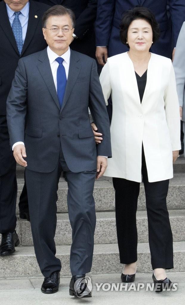 6月28日,韩国总统文在寅(左)携夫人金正淑女士访美。(韩联社)