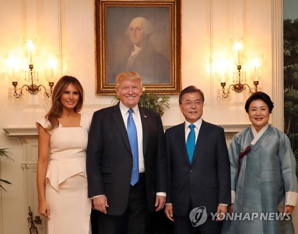 当地时间6月29日,在美国白宫,文在寅(右二)和夫人金正淑(右一)同特朗普(左二)和夫人梅拉尼娅合影留念。(韩联社)