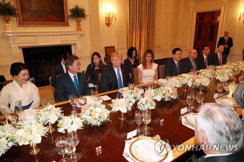 当地时间6月29日,在美国白宫,美国总统特朗普设宴欢迎韩国总统文在寅和夫人访美,晚宴充满友好气氛。(韩联社)