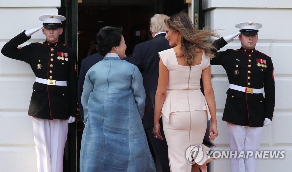 韩美第一夫人风格迥异
