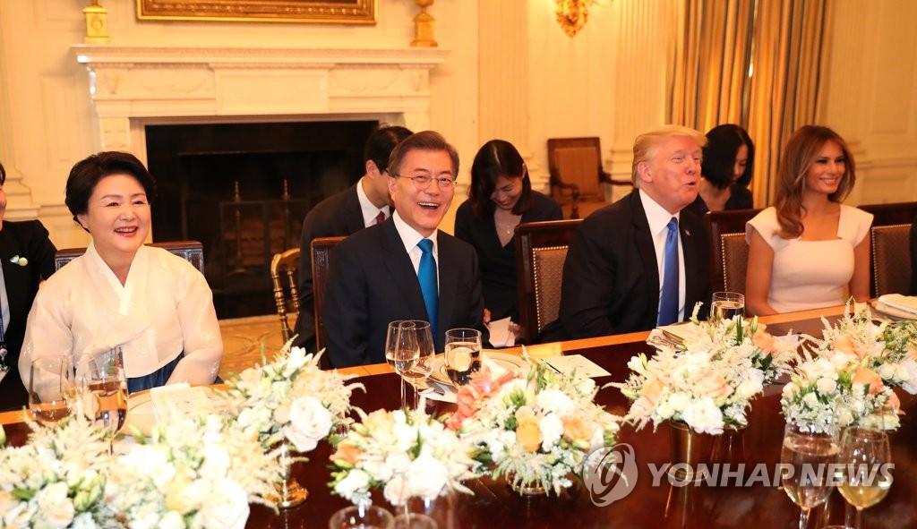 6月29日,在华盛顿白宫,文在寅夫妇与特朗普夫妇共进晚餐,气氛和谐。(韩联社)