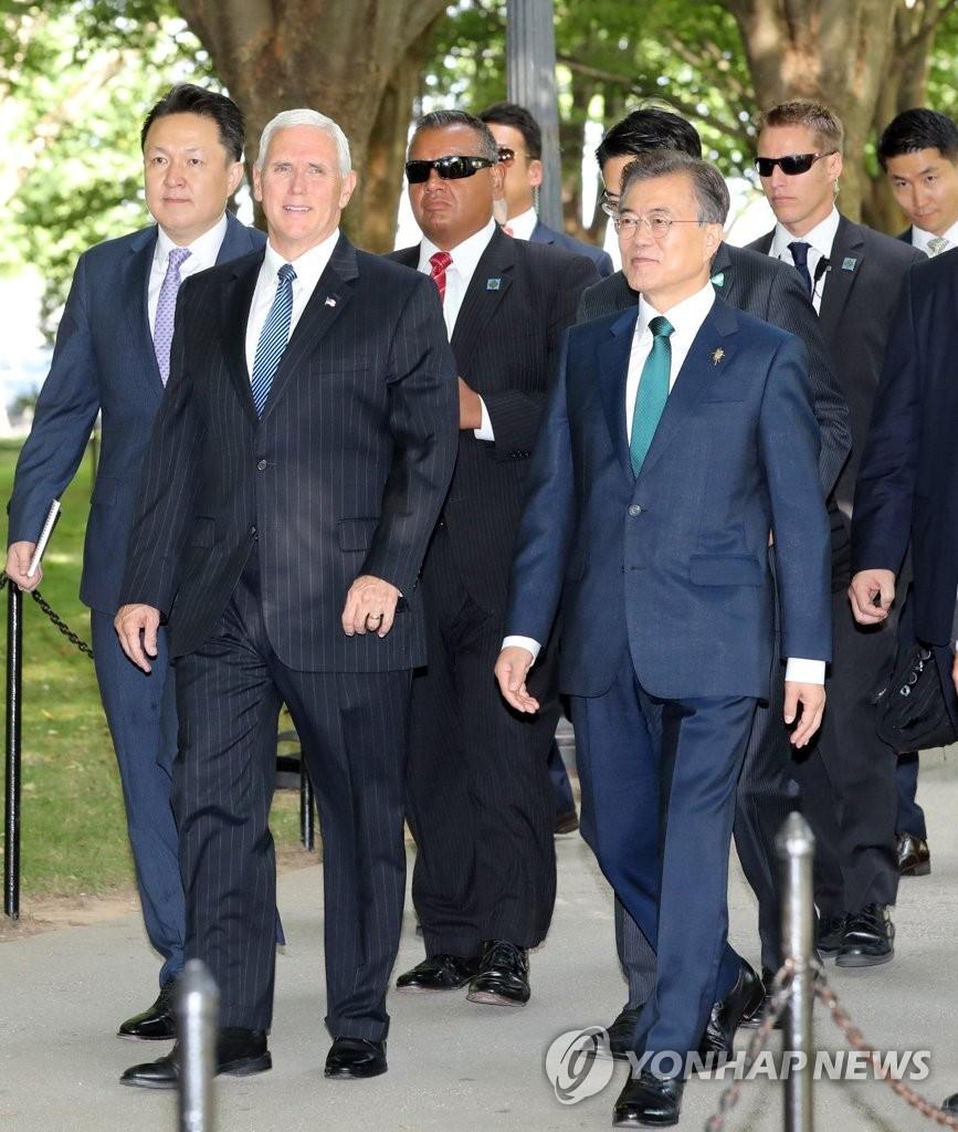 文在寅访问韩战纪念碑公园