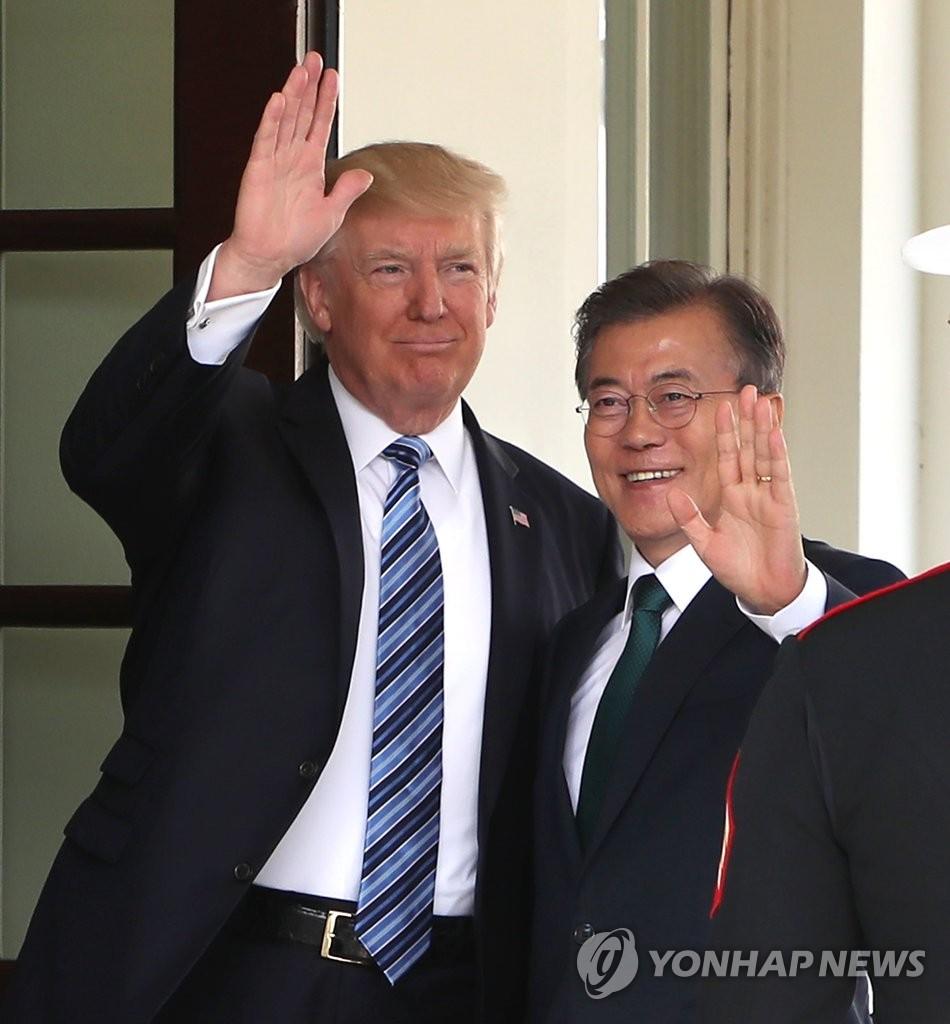 韩美总统并肩挥手