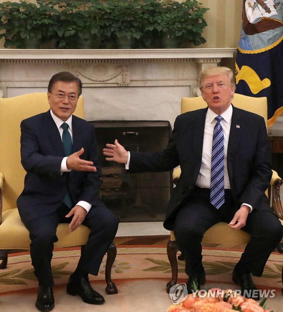 当地时间6月30日上午,在美国白宫,文在寅(左)和特朗普在单独会谈上交谈。(韩联社)