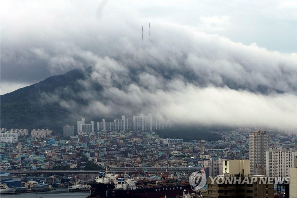 云雾笼罩蓬莱山