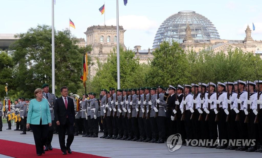 文在寅参加德国官方欢迎仪式
