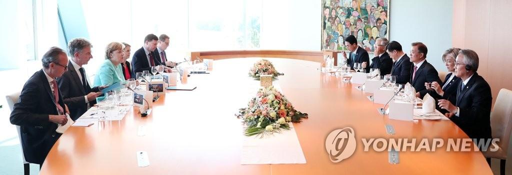 当地时间5日下午,在德国柏林,文在寅与默克尔举行会晤并共进晚餐。(韩联社)