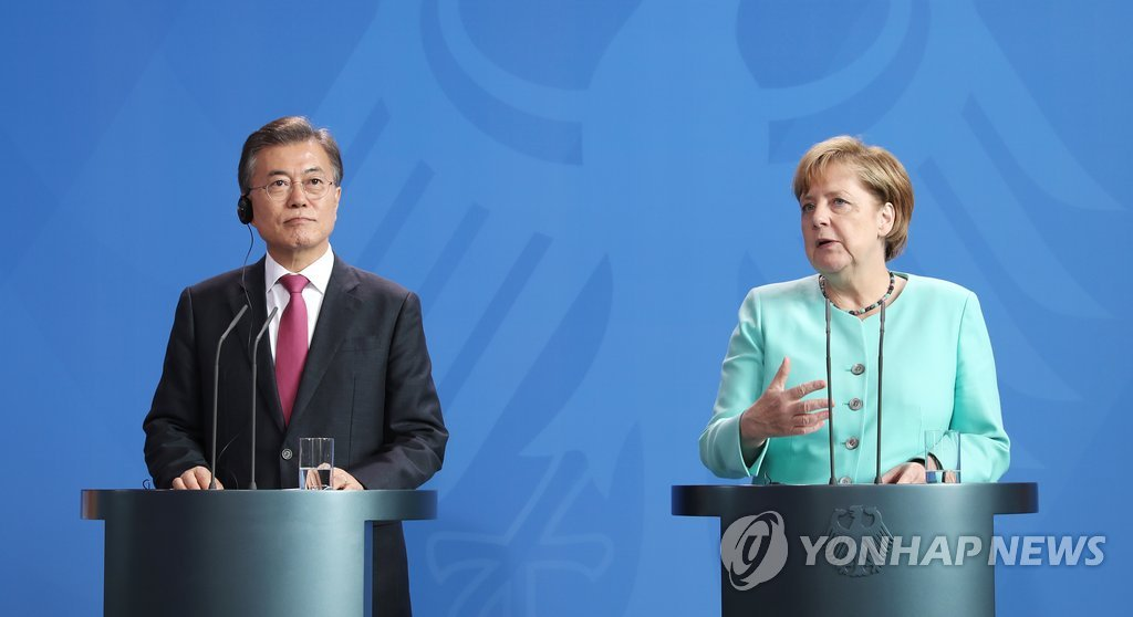 当地时间5日下午,在德国柏林,文在寅(左)和默克尔出席联合记者会。(韩联社)