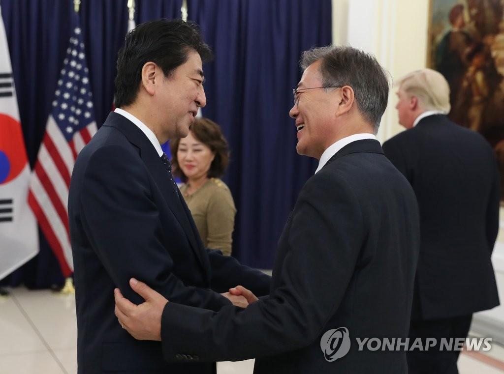 韩日首脑握手