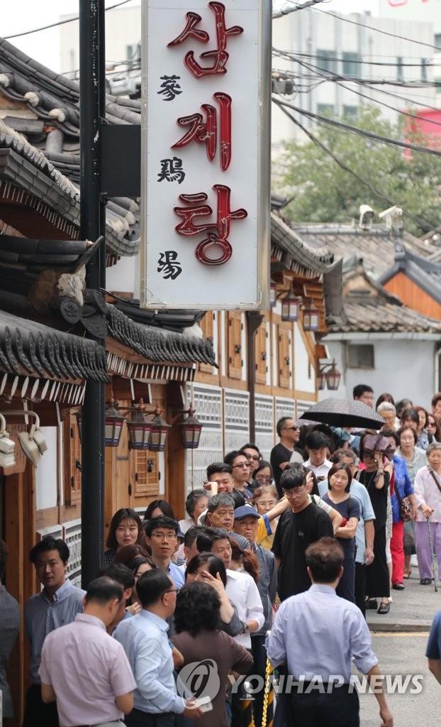 韩国人排队喝参鸡汤