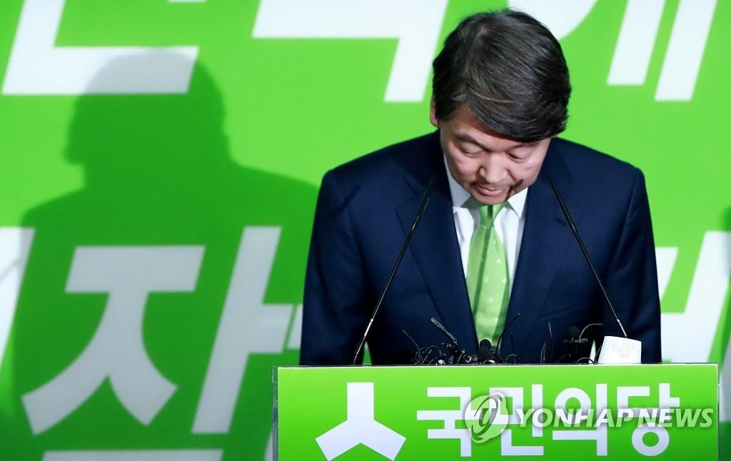 7月12日,在位于首尔汝矣岛的国民之党办公室,国民之党前党首安哲秀在记者会开始前低头道歉。(韩联社)