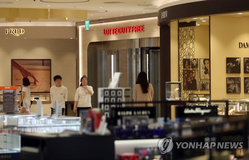 7月13日,首尔蚕室乐天免税店内游客稀少。(韩联社)