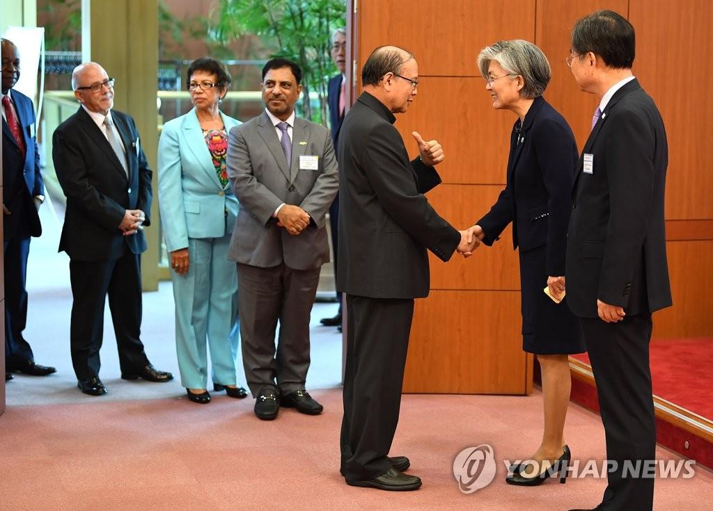 7月13日下午,在首尔的外交部大楼,韩国外交部长官康京和(右二)接见驻韩外交使团,与他们握手交谈。(韩联社)