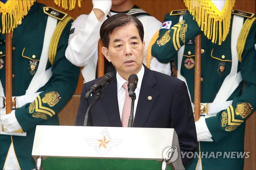 7月14日,在首尔国防部大楼,韩民求在离职仪式上致辞。(韩联社)