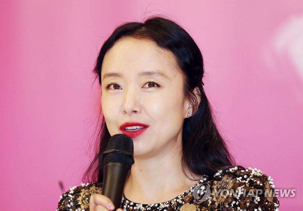 7月14日下午,在京畿道富川一酒店,全度妍在特别展记者会上回答媒体提问。(韩联社)