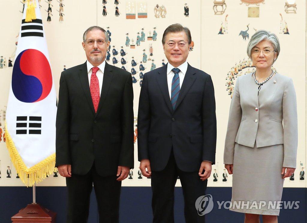 文在寅接受墨西哥驻韩大使递交国书