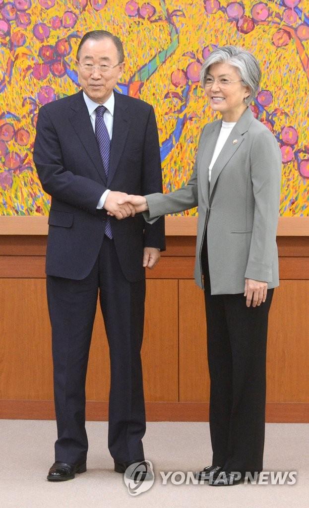 韩外长与联合国前秘书长握手