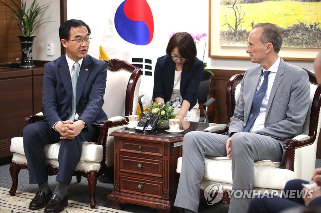 韩统一部长官与德国驻韩大使交谈