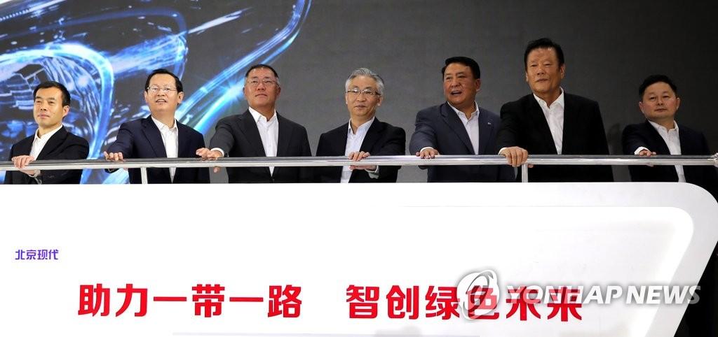 7月19日,在北京现代重庆工厂,现代汽车副会长郑义宣(左三)等相关人士出席重庆工厂落成纪念活动。(韩联社/现代汽车提供)
