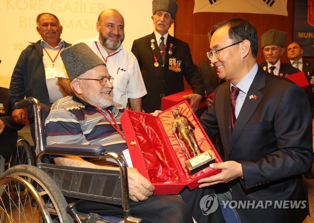 土耳其老兵获韩战勇士奖