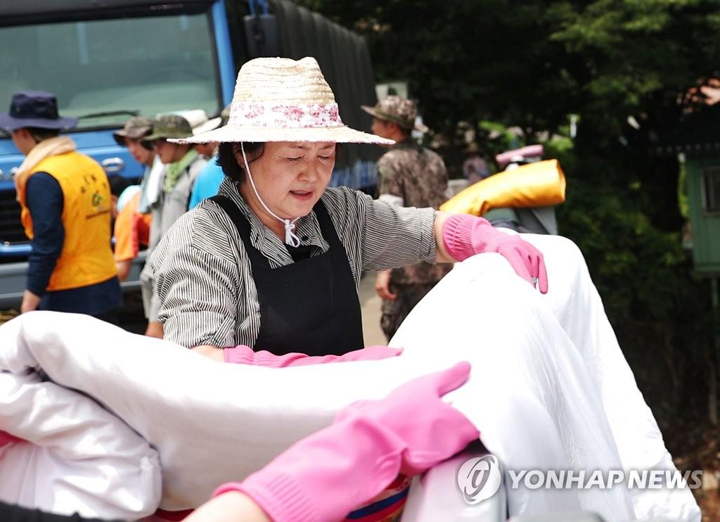 韩第一夫人参与灾后恢复工作