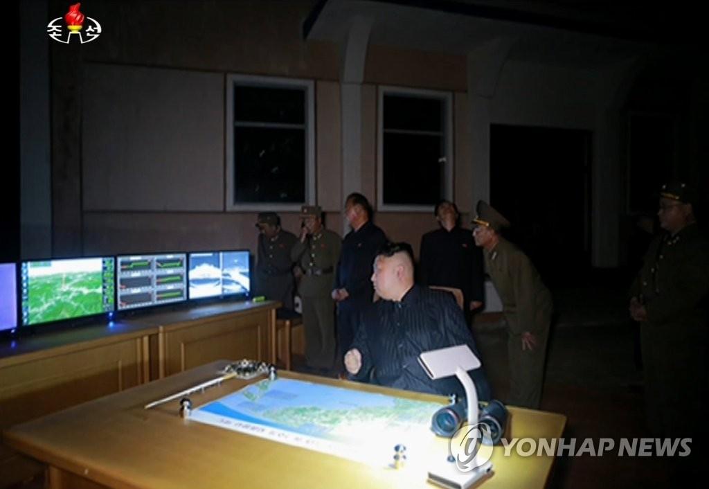 金正恩现场指导导弹试射