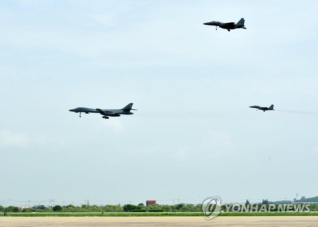 美B-1B轰炸机飞抵半岛