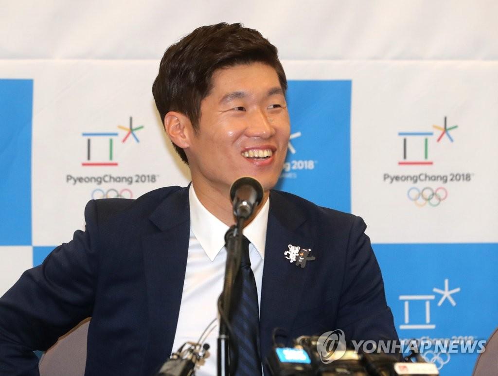 8月4日下午,在首尔韩国新闻中心,韩国前国脚朴智星出席冬奥会宣传大使委任仪式,回答记者提问。(韩联社)