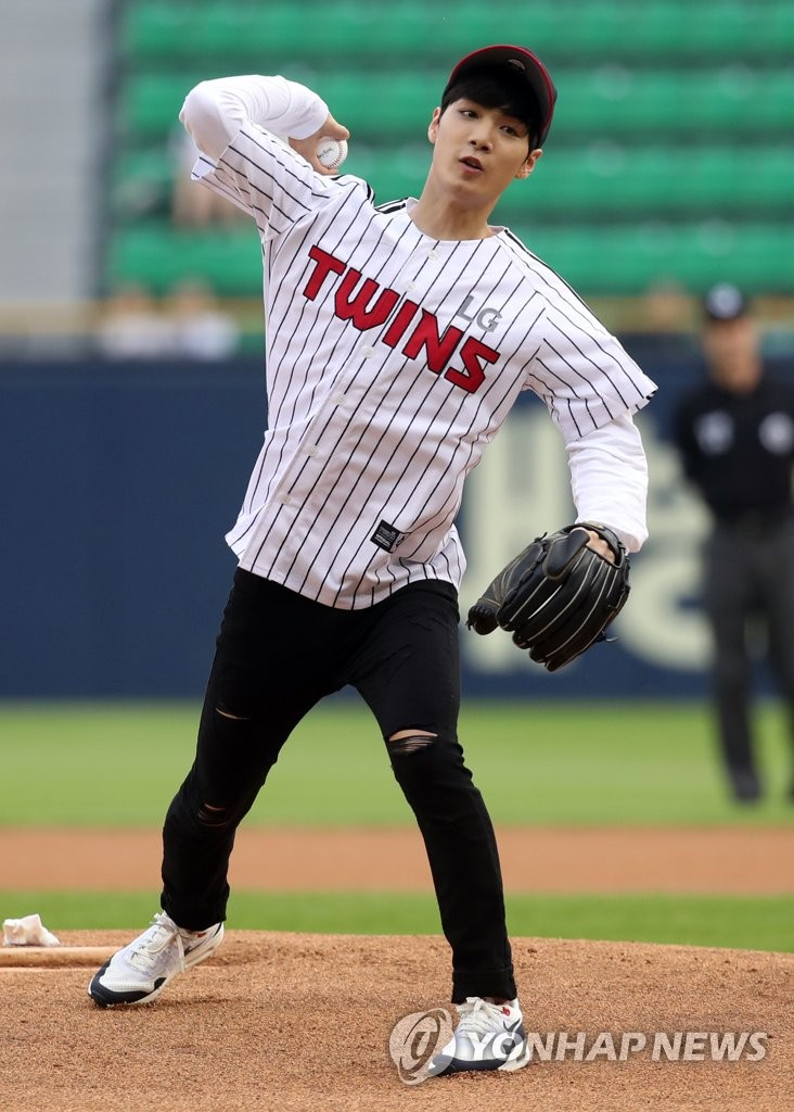 金钟炫为棒球赛开球