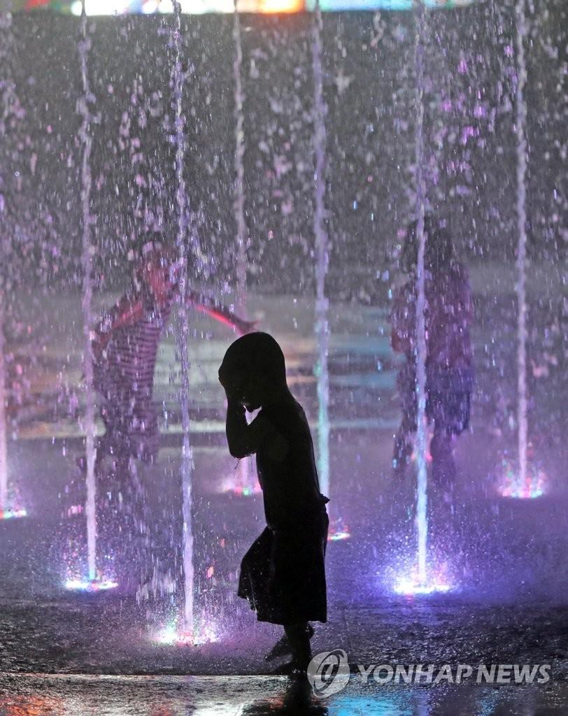 天气闷热 喷泉消暑