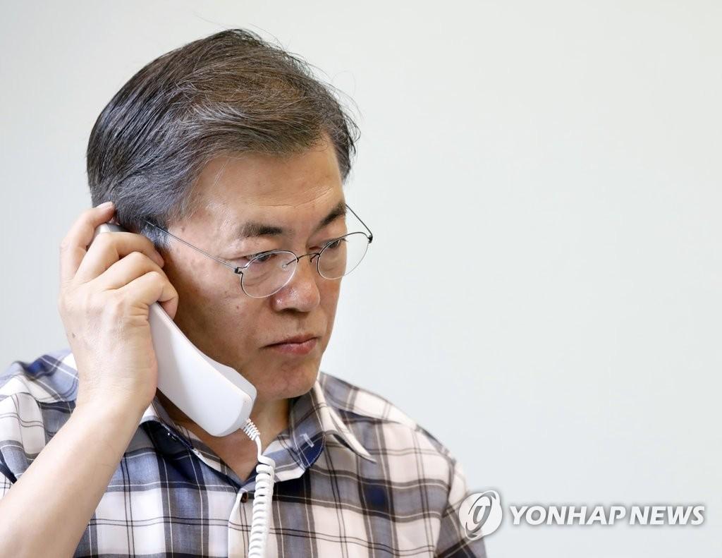 资料图片:8月7日,文在寅正在与美国总统特朗普通电话。(韩联社)