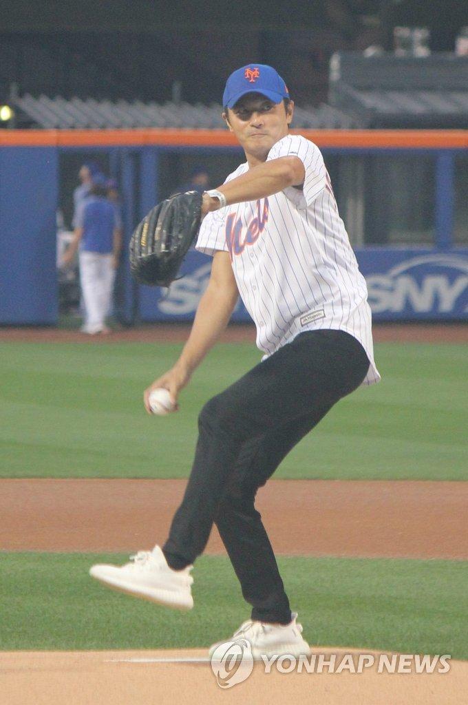 张东健为美国职棒大联盟比赛开球