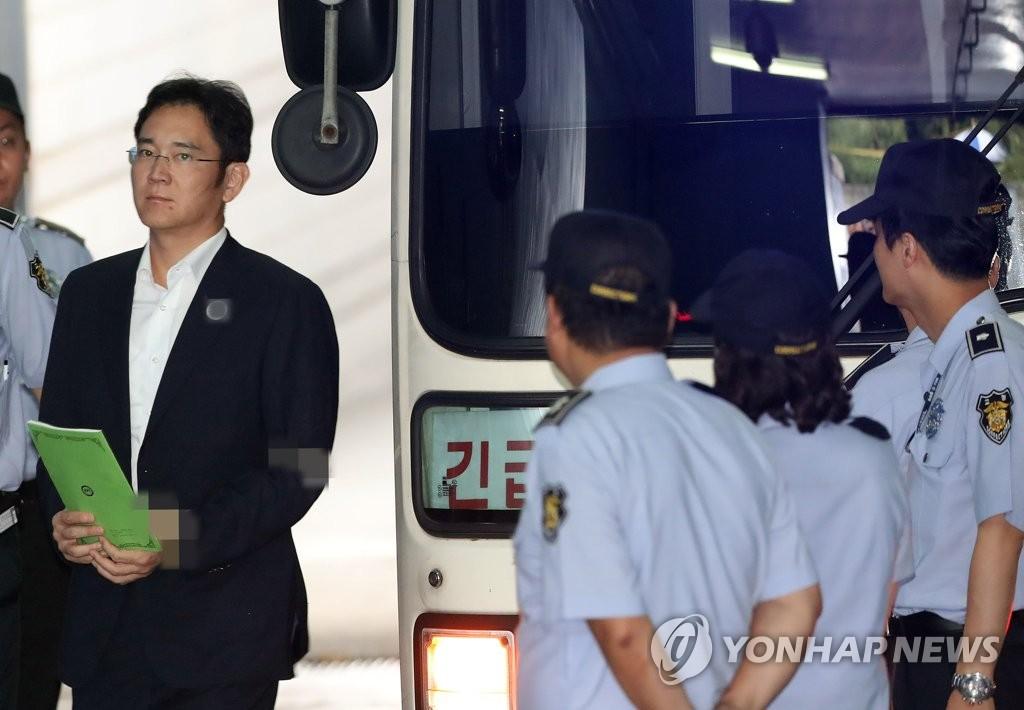 8月7日,三星集团副会长李在镕步入首尔中央地方法院。(韩联社)