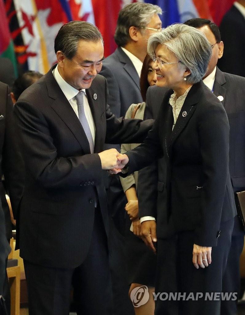 韩中外长握手