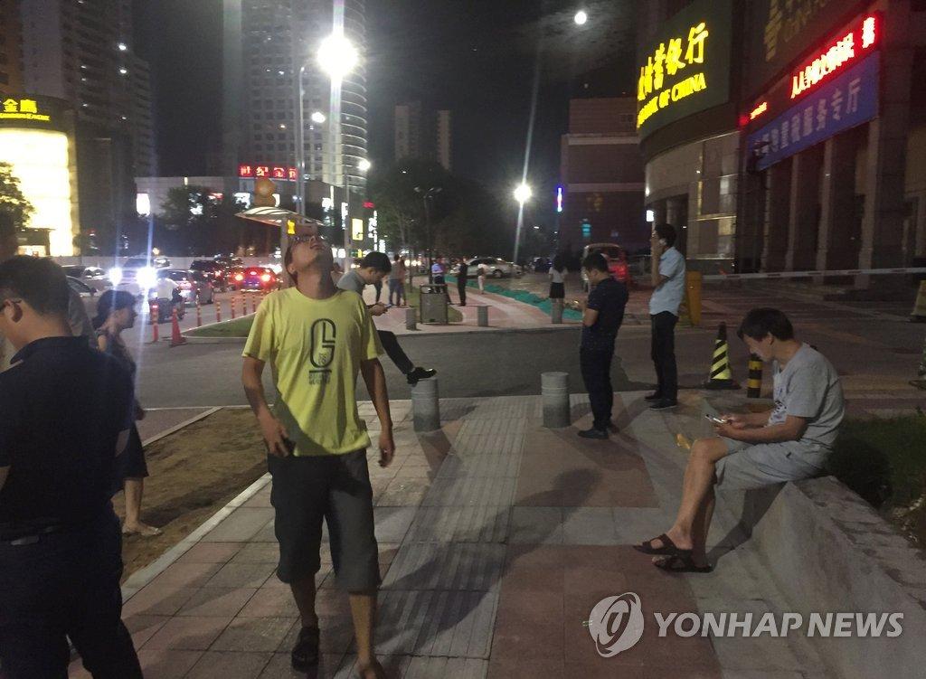资料图片:8日下午在四川阿坝州九寨沟县发生7.0级地震,当地居民正在紧急疏散。(韩联社/法新社)
