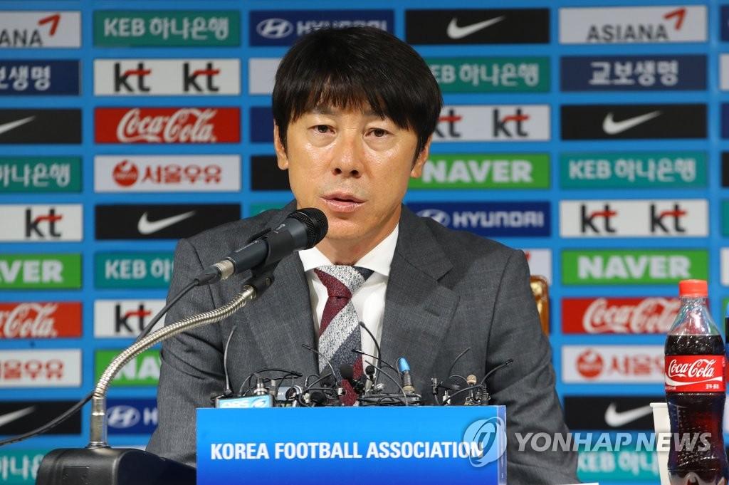 8月14日上午,在首尔市足球会馆,申台龙公布2018俄罗斯世界杯小组预选赛最后两轮比赛的参赛名单。(韩联社)
